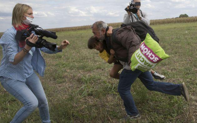 Osama Abdul Mohsen y el pequeño Zaid fueron agredidos por la reportera húngara Petra Laszlo. Foto: REUTERS