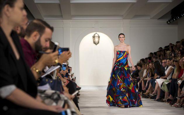 Una modelo presenta una creación de Ralph Lauren durante la New York Fashion Week. Fotos: REUTERS.
