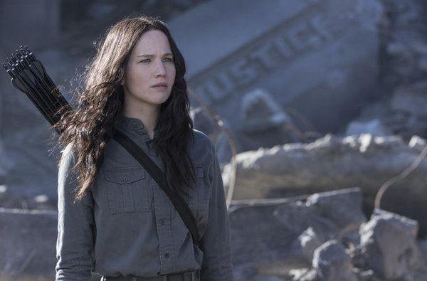 Jennifer Lawrence encarnando a la heroína, Katniss Everdeen.