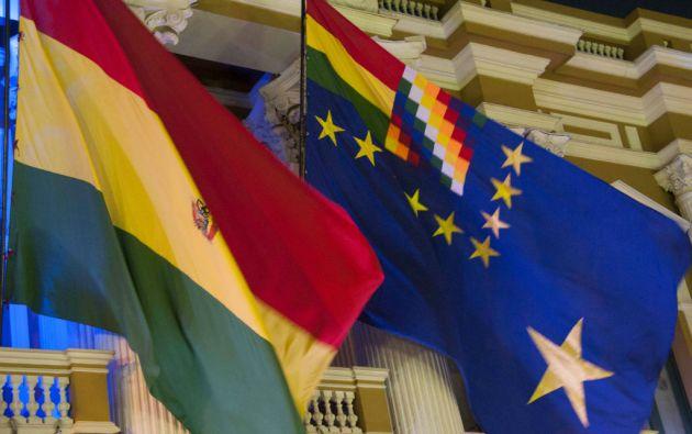 La bandera de Bolivia junto a la bandera de reivindicación marítima.