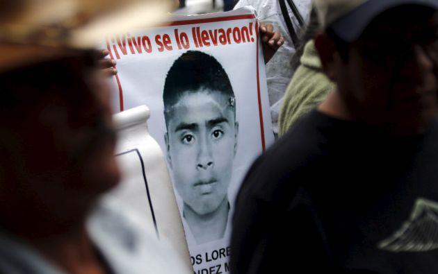 Un familiar de uno de los desaparecidos porta un cartel en una protesta realizada el pasado 26 de agosto en Ciudad de México. Foto: REUTERS.