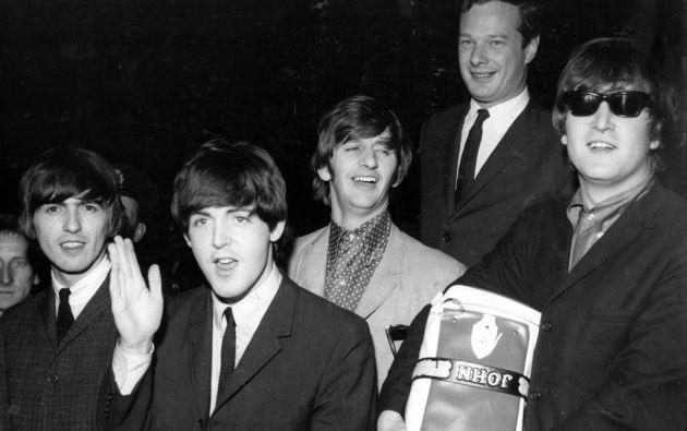 """Los miembros de """"The Beatles"""" junto a su mánager Brian Epstein."""