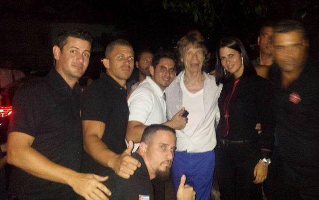 Mick Jagger con trabajadores de un restaurante en Cuba.
