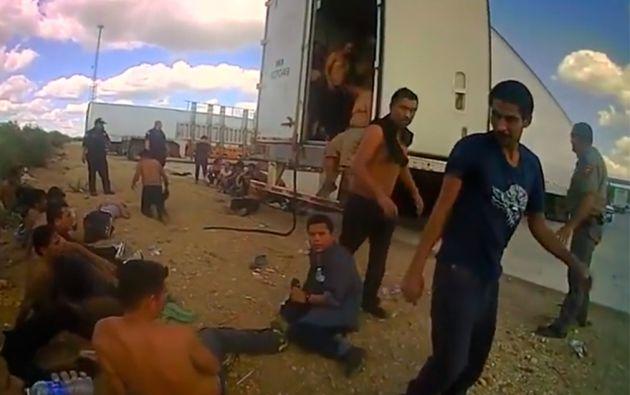 Los inmigrantes intentaban salir del camión y conseguir respirar aire fresco. Muchos estaban al borde del desvanecimiento.