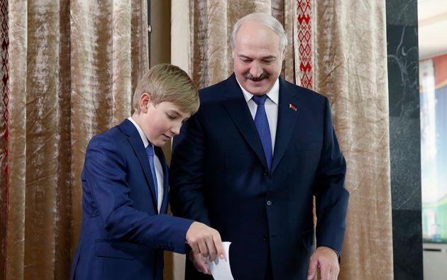 Lukashenko votó acompañado de su hijo Nicolai. Foto: REUTERS