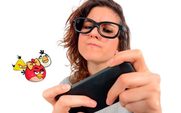 ELLAS TOMAN EL CONTROL. El creciente número de mujeres interesadas en los juegos de video llega de la mano con el auge de los dispositivos móviles.