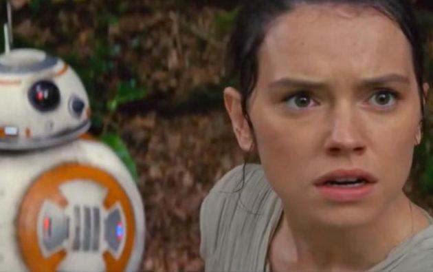 """Rey (Daisy Ridley) y el BB-8, dos de los nuevos personajes de la saga """"Star Wars""""."""