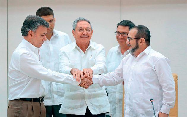 """En La Habana. Juan Manuel Santos, Raúl Castro y Rodrigo Londoño, alias """"Timochenko"""". Pensar en la guerrilla más antigua y una de las más grandes del mundo sin un solo fusil dentro de nueve meses, no deja de ser sorprendente. Foto: REUTERS"""