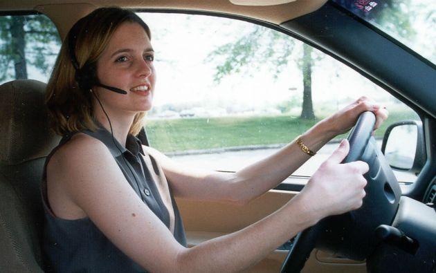 """Aunque los """"manos-libres"""" fueron pensados para evitar que los conductores se distraigan, en realidad representan nuevas distracciones, de acuerdo al estudio."""