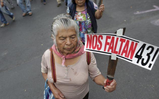 Una mujer protesta en una manifestación por el primer aniversario de desaparición de los 43 estudiantes. Foto: REUTERS.