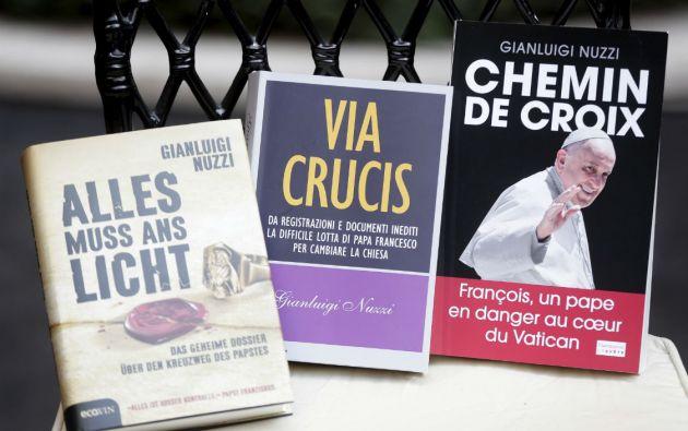 Las versiones en alemán, italiano y francés del libro del periodista italiano Gianluigi Nuzzi. Foto: REUTERS