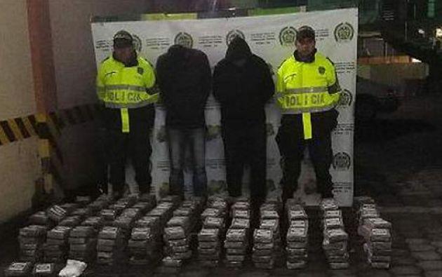 La policía de Colombia incautó este lunes media tonelada de cocaína escondida en el piso de dos autbouses. Foto tomada de El Comercio del Perú.