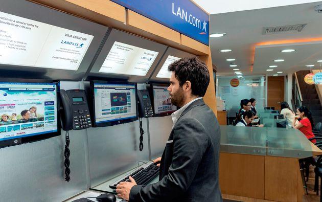 En las oficinas de LanEcuador se puede adquirir pasajes en la web o con ayuda de un asesor. El e-commerce representa el 35 por ciento de su venta directa.