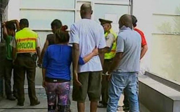 Los detenidos extranjeros fueron capturados mientras alistaban dosis de drogas. Foto: captura de video.