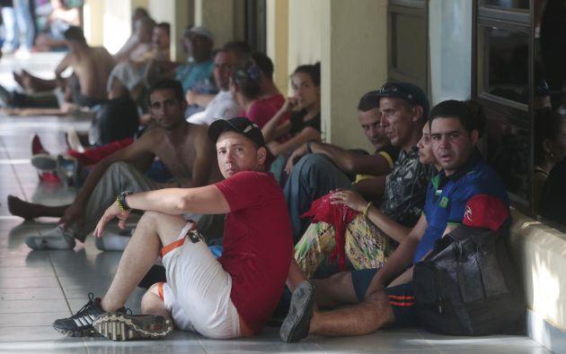 Un grupo de migrantes cubanos espera afuera del edificio de aduanas en la frontera entre Nicaragua y Costa Rica. Foto: REUTERS.