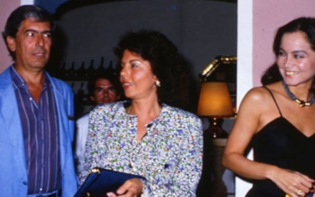 Mario Vargas LLosa, su esposa Patricia e Isabel Preysler, en 1986. Foto: El Universal.com.