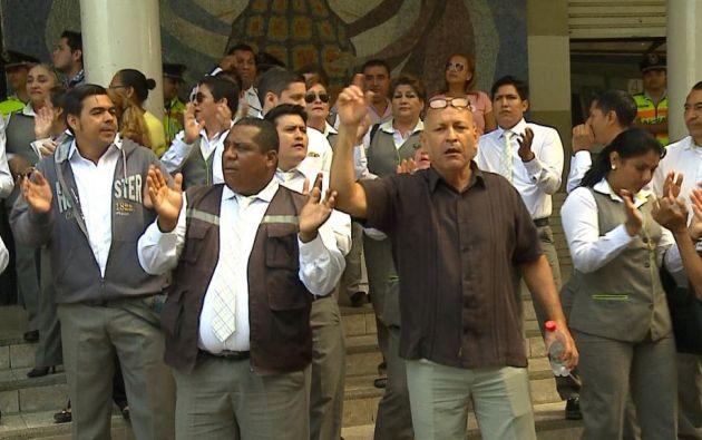 Los servidores públicos tenían nombramientos provisionales. Algunos llevaban 10 años en sus funciones. Foto: Ecuavisa.