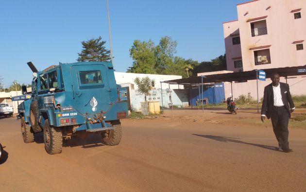 Las fuerzas de seguridad conducen un vehículo cerca del hotel en Bamako. Foto: REUTERS.