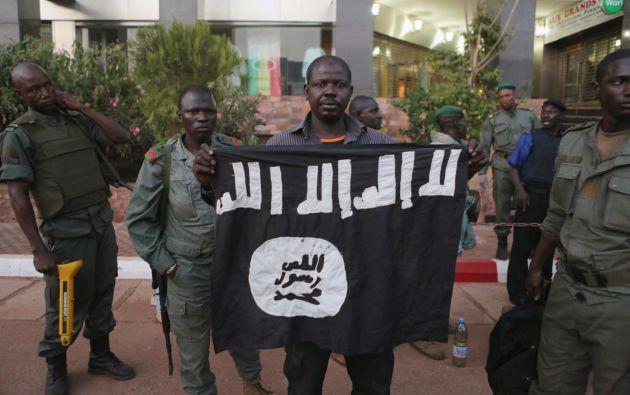 Agentes de seguridad muestran una bandera yihadista que presuntamente pertenecía a uno de los atacantes. Foto: REUTERS