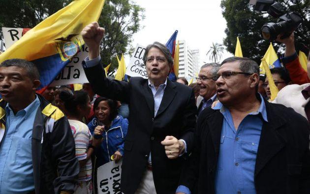 Un grupo de personas protesta en los exteriores del Legislativo contra las enmiendas. Foto: API.