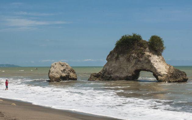 """La formación rocosa conocida como """"Arco del Amor"""" en la playa Tasaste es uno de los lugares más visitados en Jama. Foto: Iván Navarrete"""