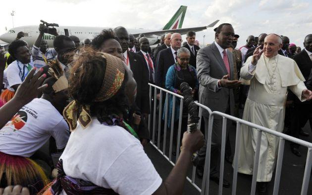 Francisco a su llegada al país africano. Foto: AFP.