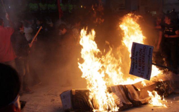 Opositores al gobierno quemaron objetos y corearon consignas en el parque San Blas. Foto API.