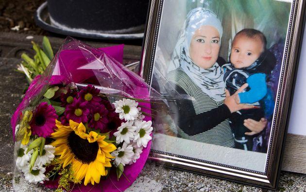 Una foto de Aylan Kurdi y su madre, junto a un ramo de flores. Foto: Archivo / REUTERS.