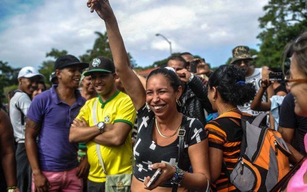 Cubanos en La Habana celebran que se dará visa a quienes tenían comprado el pasaje antes del 26 de noviembre. Foto: AFP.