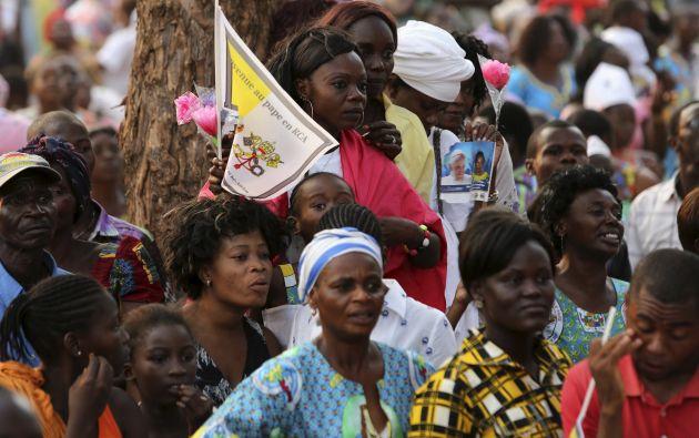 Fieles esperan la llegada del papa en Bangui, capital de República Centroafricana. Foto: REUTERS.