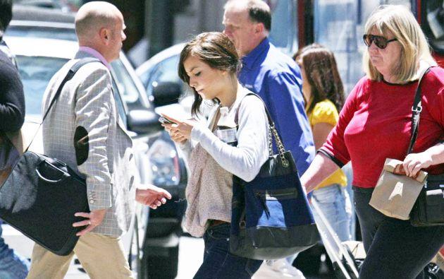 """Un 78% de los adultos estadounidenses admite que caminar distraído es un """"serio"""" problema."""