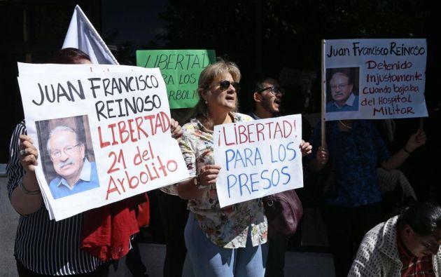 """""""No más presos políticos en Ecuador, libertad para los 21 del Arbolito"""" voceaban los familiares. Foto: API."""