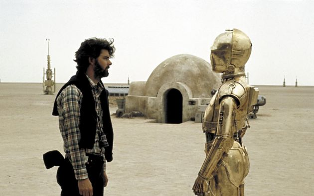 "George Lucas junto al actor Anthony Daniel (C3PO) en ""Star Wars: A New Hope"" (1977)."