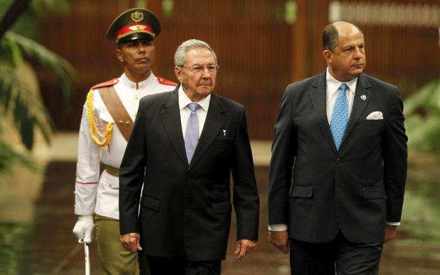 Raúl Castro en una foto de archivo, junto al presidente de Costa Rica, Luis Guillermo Solís. Foto: REUTERS.