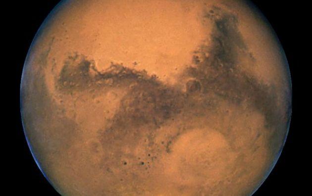 """Las rayas localizadas en varios lugares de la superficie marciana """"confirman la hipótesis"""" de que se deben a la """"actividad actual de agua salobre. Foto: Twitter / NASA."""