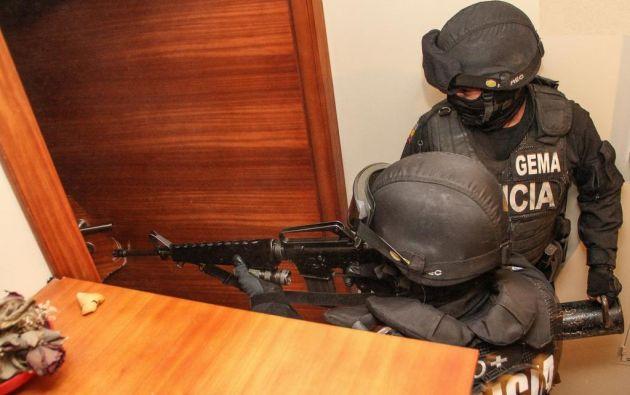 Dos policías en servicio activo forman parte de los 14 detenidos en el operativo. Foto referencial: Ecuavisa.com.