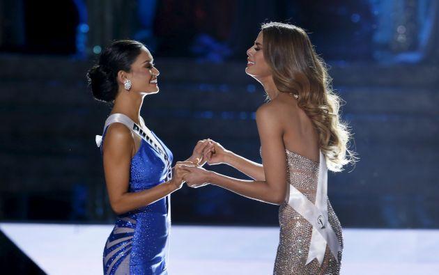 Pia Wurtzbach y Ariadna Gutiérrez cuando Miss Colombia fue nombrada como ganadora por error. Foto: REUTERS.