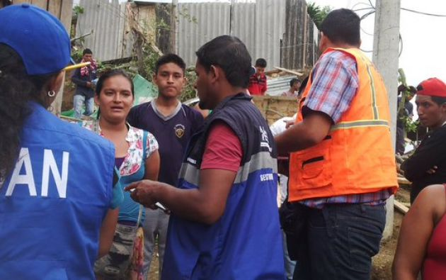 Una familia quedó atrapada por un ceibo tras la intensa lluvia en Guayaquil. Foto: Secretaría de Gestión de Riesgos.