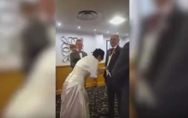 La mujer no pudo contenerse y sufrió un ataque de risa en plena boda.