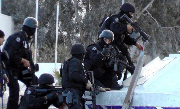 Fuerzas especiales de Túnez, durante enfrentamientos con militantes en la ciudad de Ben Guerdan. Foto: AFP
