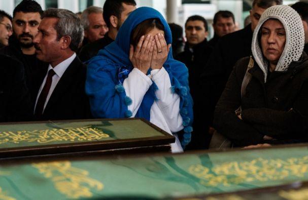 Una mujer llora ante el ataúd de una de las víctimas del atentado del domingo en Ankara. Foto: AFP