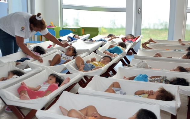 Los CIBV deben tener un adulto por cada ocho niños, pero en la práctica la carga de niños es mayor. Foto: Ministerio de Inclusión Económica y Social