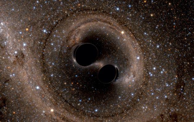 La colisión de dos agujeros negros es vista en esta representación computacional. LIGO detectó las ondas gravitacionales –ondulaciones en espacio y tiempo– que se generaron mientras dos agujeros se fusionaban hace 1.3 billones de años.