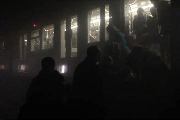 Personas evacuadas del metro de Maalbeek, luego del atentado. Foto: Agencia AFP
