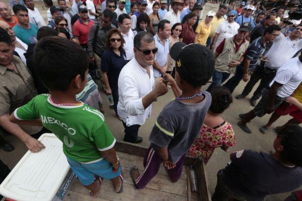 El presidente, mientras recorría sectores del cantón Jama, en Manabí. Foto: AFP