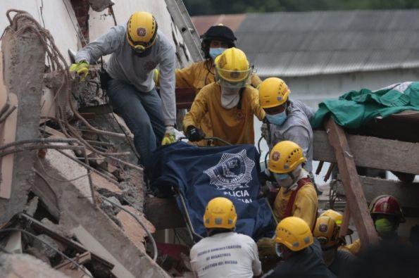 Los rescatistas de Bahía de Caracas trabajan en las zonas devastadas. Foto: Agencia AFP