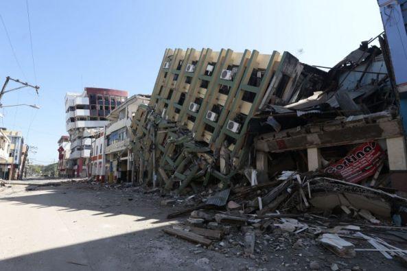 Edificio colapsado en Portoviejo, producto del temblor. Foto: AFP
