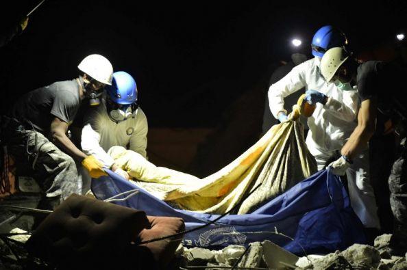 Los rescatistas trabajan en la búsqueda de cadáveres en el cantón Pedernales. Foto: AFP