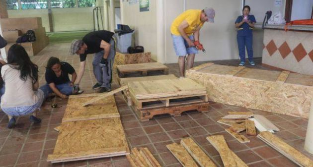 Los estudiantes ponen todo su empeño en la fabricación de los ataúdes. (Foto: Facebook)