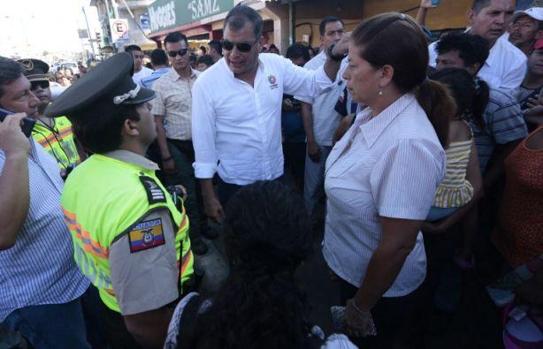 El presidente, durante un recorrido por las zonas afectadas de Montecristi. (Foto: AFP)